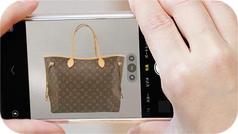 イメージ写真:手持ちのブランド品をスマホで撮影
